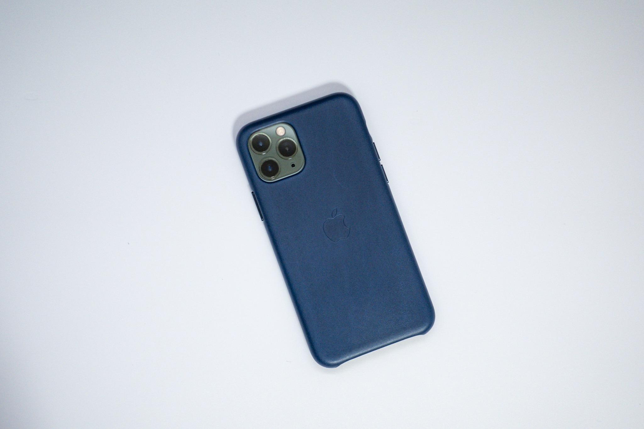 長時間触れるスマホケースは変化を楽しめる本革製がおすすめ。iPhone用のApple純正レザーケースを新調しました。