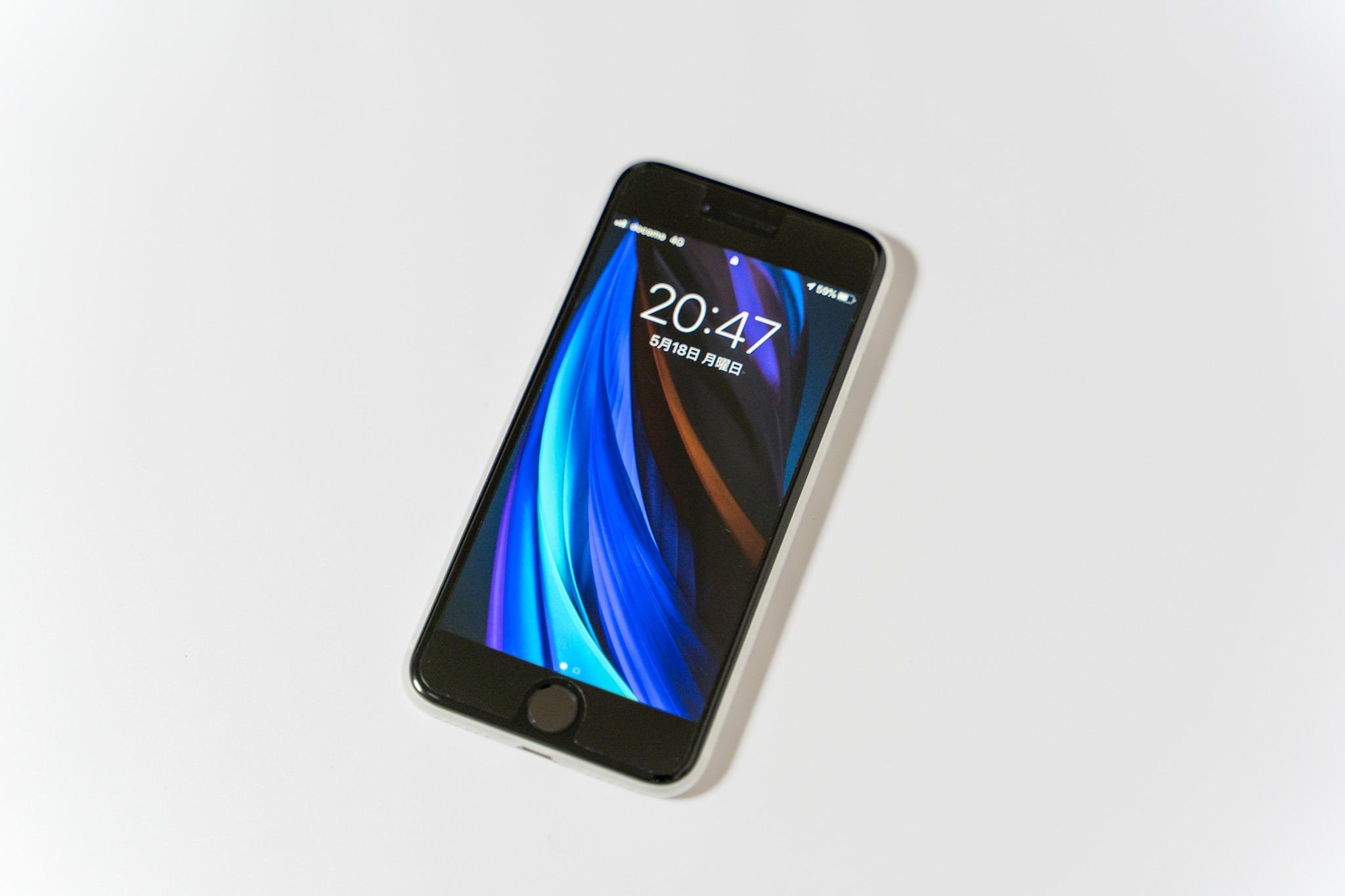 ケースの大きさが気になる人にオススメ。iPhoneSEでも使えるmemumiのiPhone8用超薄型・軽量ケース