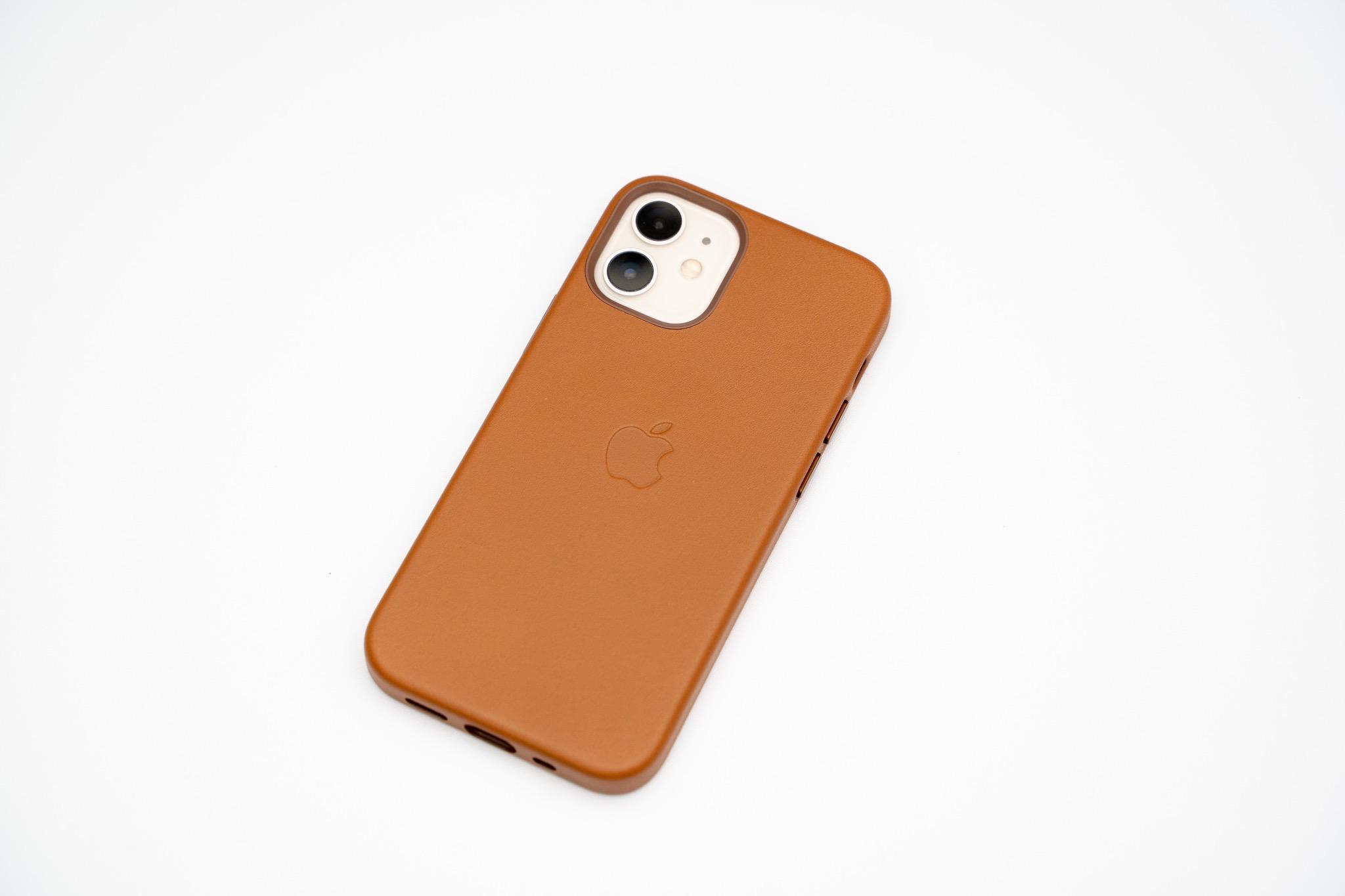MagSafe対応で経年変化が楽しめる本革ケース。「iPhone12シリーズ用Apple純正レザーケース」