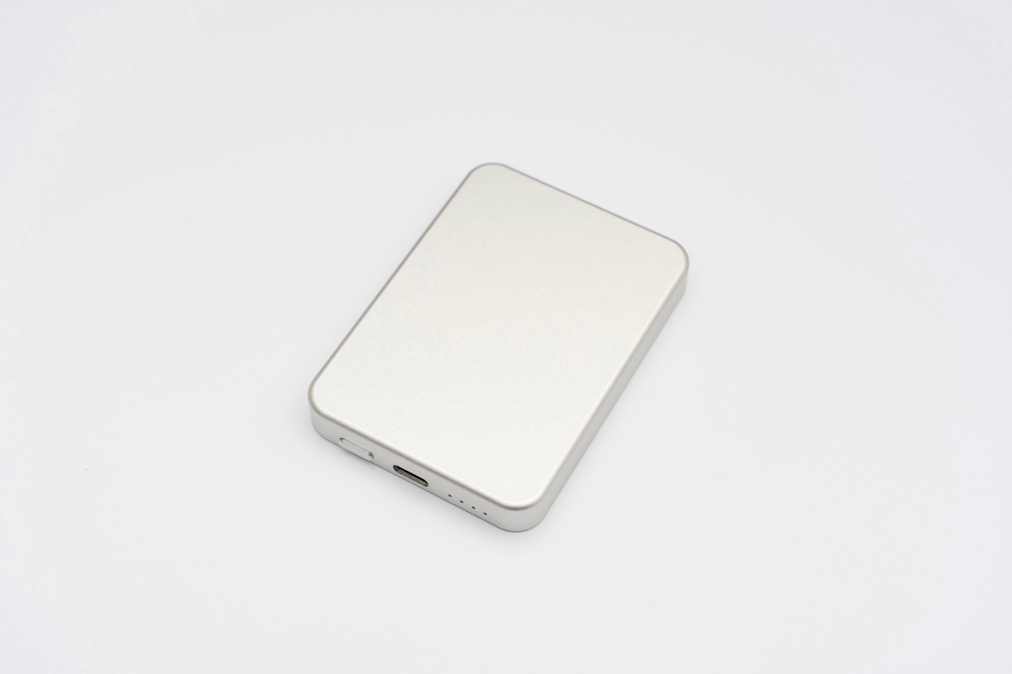 ワイヤレス充電に対応し、MagSafeを活かしてiPhone12の背面に固定できる理想のモバイルバッテリー
