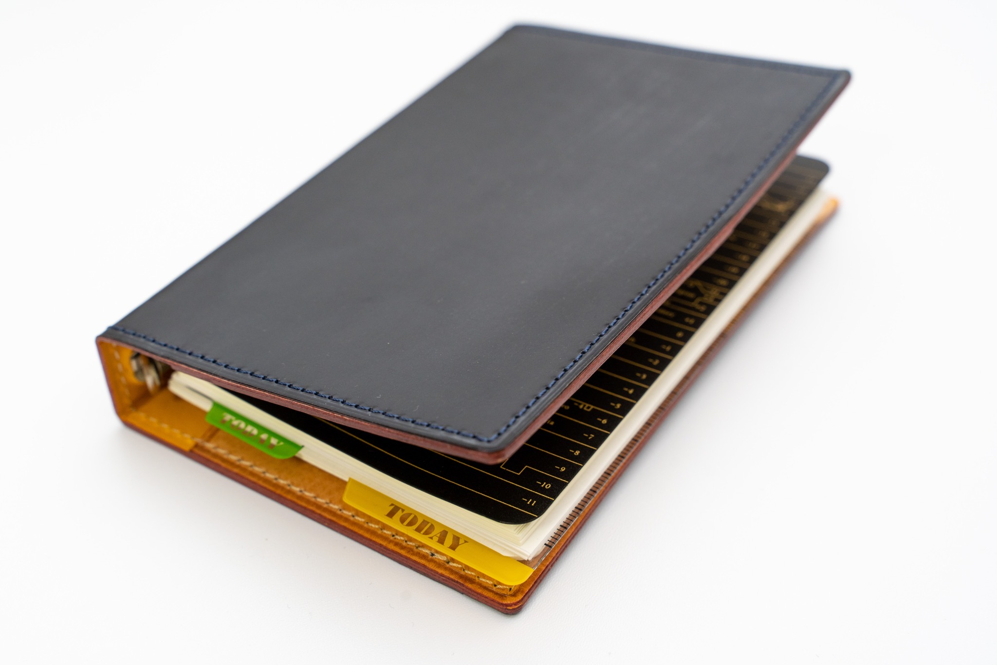 趣味文×GANZOのコラボで生まれた「シンブライドル ミニ6システム手帳」